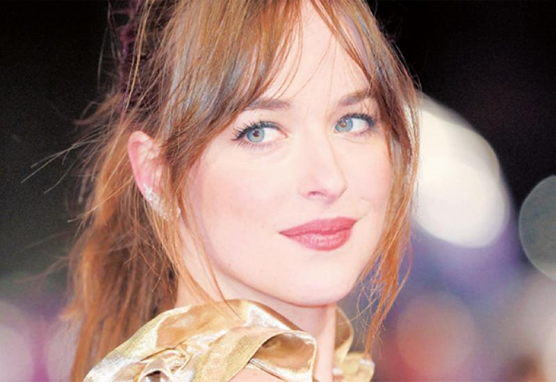 DAKOTA JOHNSON COMO DIRECTORA debuta con el video de su novio de Coldplay